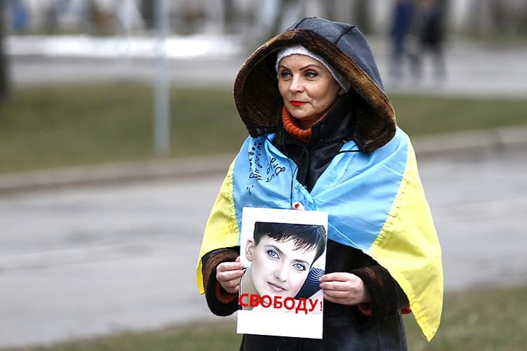 Участница пикета у стен российского посольства.