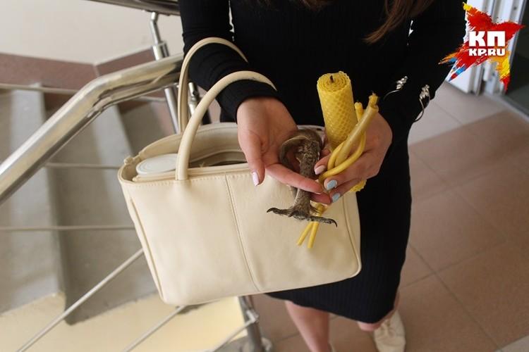У милой девушки в сумке чего только нет. Даже птичья лапка. А все ради кастинга.