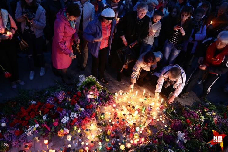 В память о жертвах трагедии в Доме профсоюзов в Донецке зажгли десятки свечей
