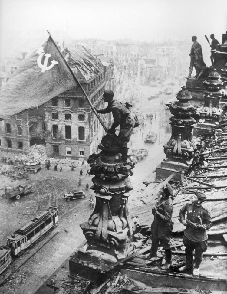 Советский флаг над Рейхстагом. Фото: Евгений Халдей/ИТАР-ТАСС/Архив