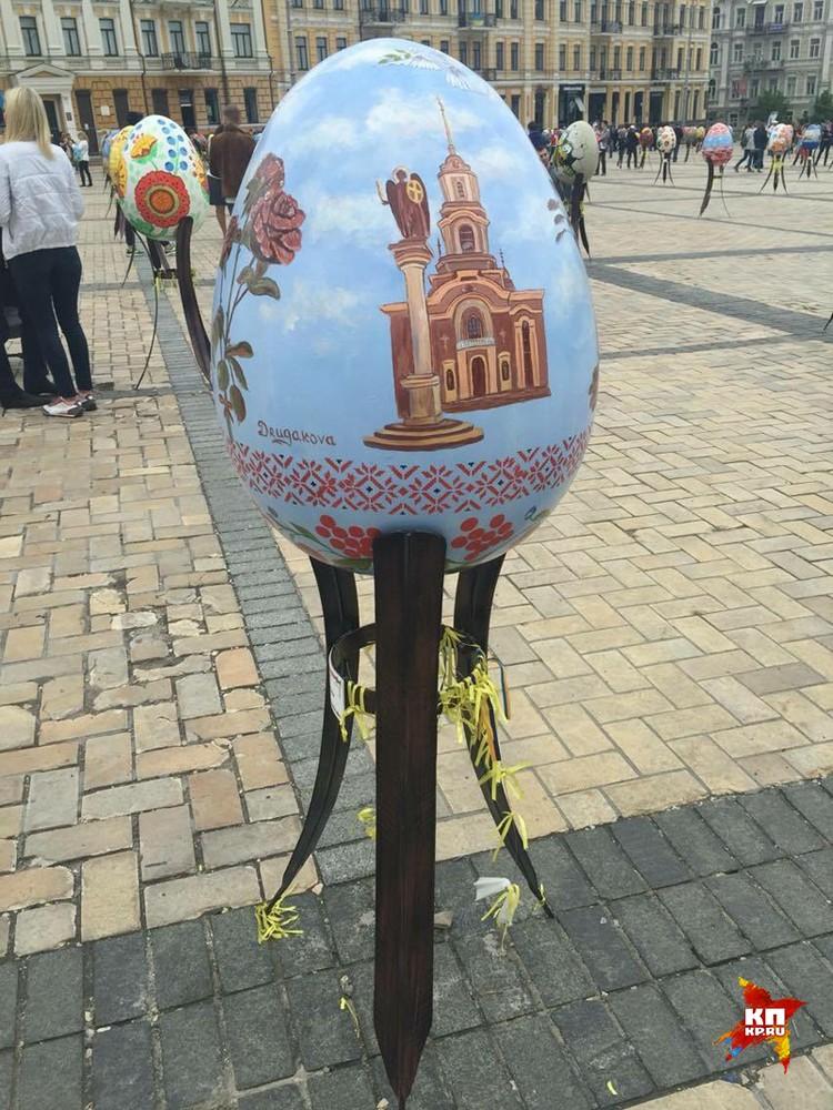 На Софийской площади проходит фестиваль пасхальных «писанок» - художники расписывают большие деревянные яица. Фото Владимира Волошина