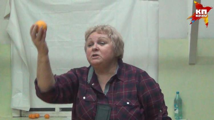 Галина Семенкова учит своих адептов общаться с космосом. Апельсин ей в помощь