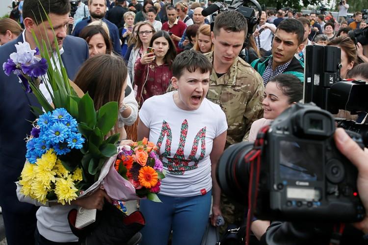 - Я вас прошу, не трогайте меня, не прикасайтесь ко мне, пока! - истерично орала Савченко в аэропорту Киева