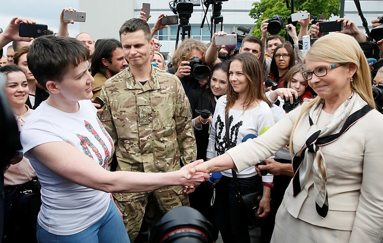Юлия Тимошенко хотела было вручить ей охапку белых цветов, однако «героиня» их не приняла, лишь пожав руку.