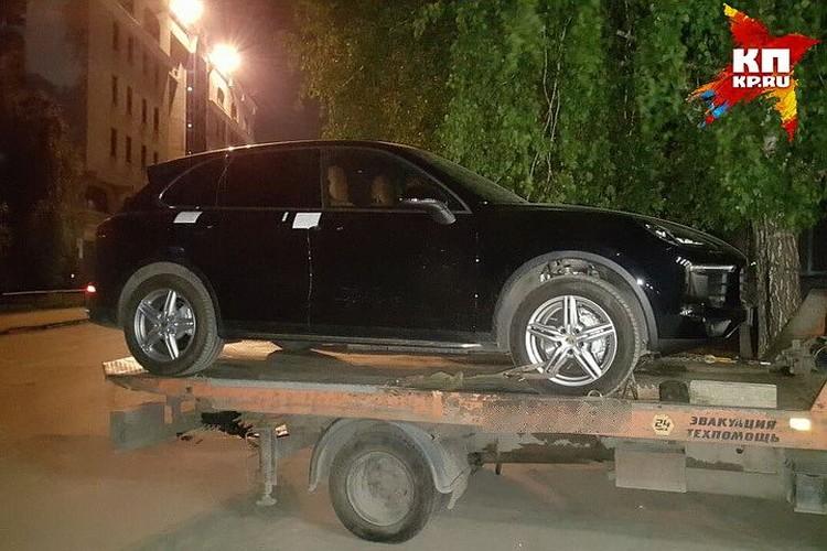 Замруководителя Росрезерва по СФО подозревают в получении взяток. Этот Porsche Cayenne был подарком от одной фирмы за выигранный конкурс.