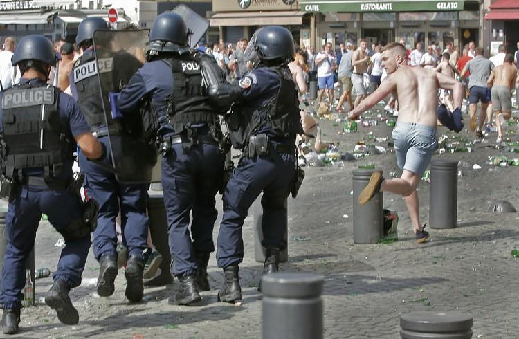 После массовых беспорядков полиция арестовала всего несколько фанатов.