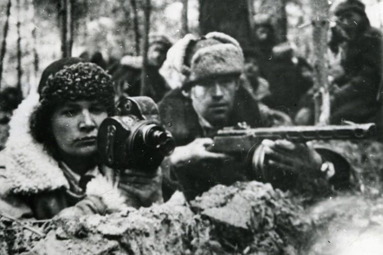 Мария Сухова снимает хронику у партизан