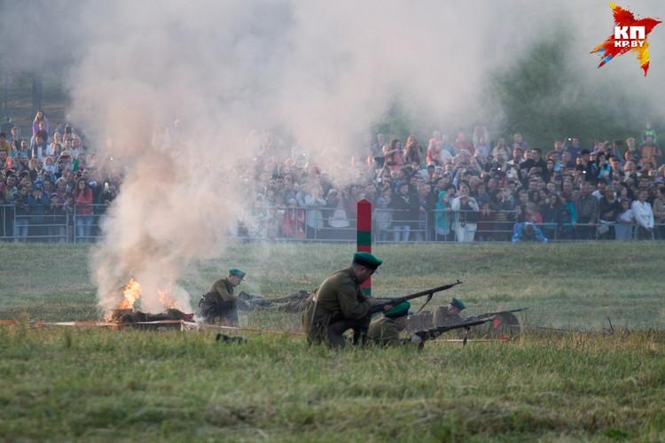 Фашисты прорывались через границу, но защитники крепости их всеми силами сдерживали.