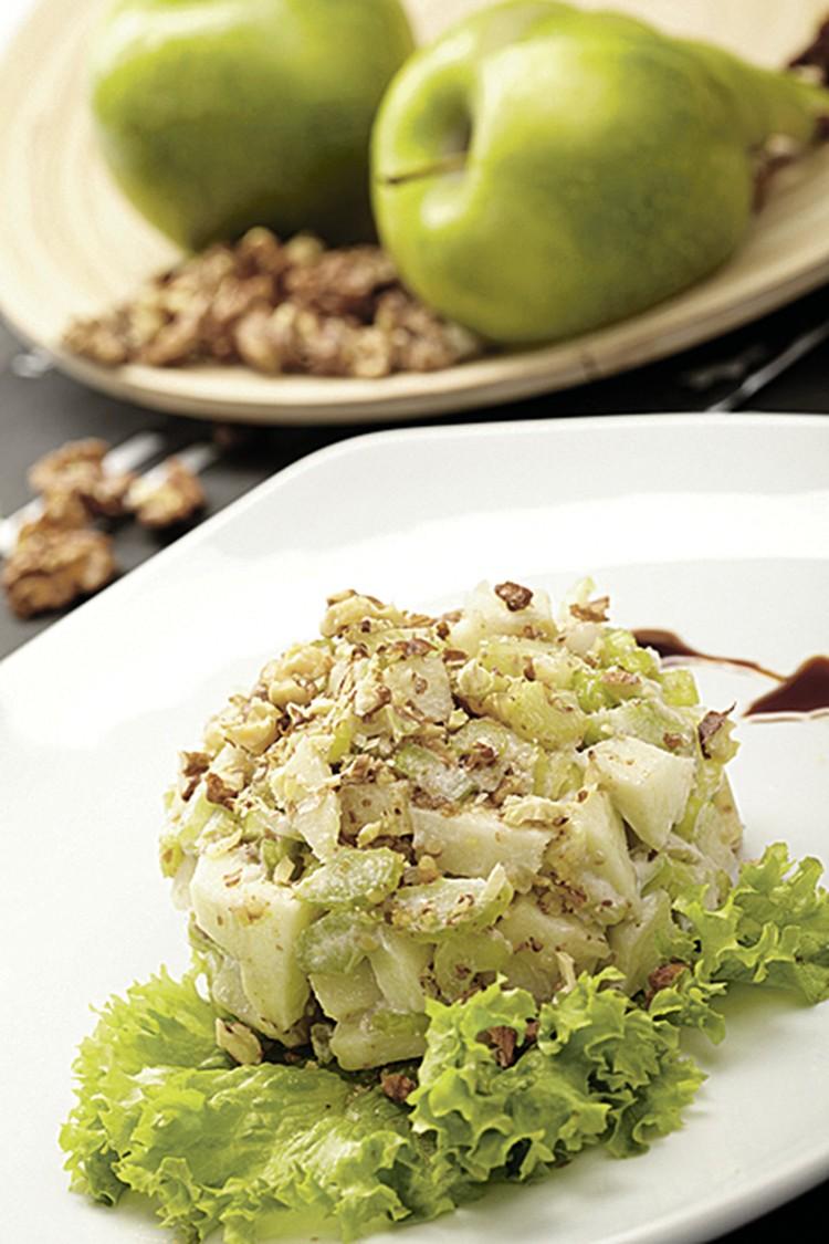 Салат с курицей, яблоком и авокадо. Фото: фотобанк Лори.