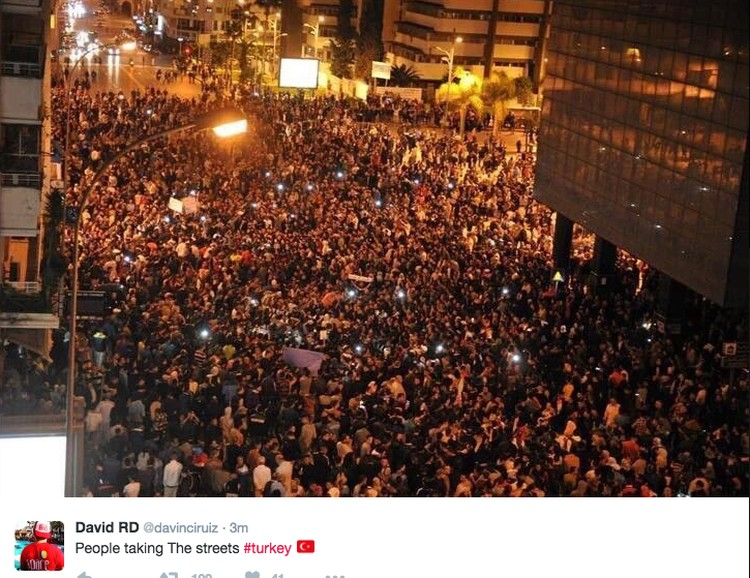 Люди на площади Таксим в Стамбуле