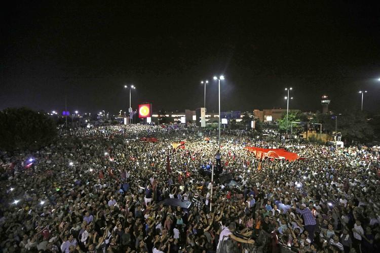 Тысячи людей собрались у аэропорта Ататюрка, чтобы встретить президента