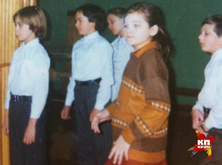 У доски: будущая звезда шоу «Голос.Дети» на заднем плане. Фото: личный архив Евгении ИЗМАЙЛОВОЙ