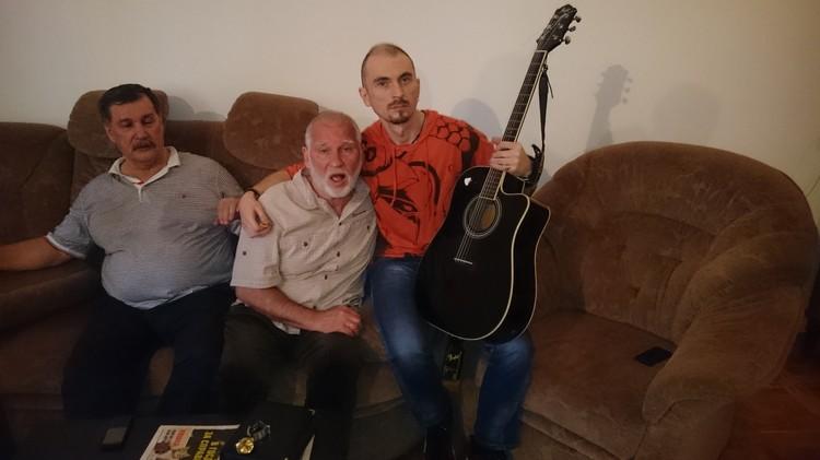 В особняке Джуны на Арбате. Слева направо: Валерий Камшилов, старший брат Игоря Талькова - Владимир и сын Талькова - Игорь. Фото: Анастасия ПЛЕШАКОВА