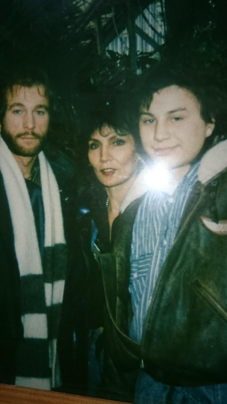 Джуна вместе с Игорем Тальковым (слева) и своим сыном Вахо (справа) Фото: Анастасия ПЛЕШАКОВА