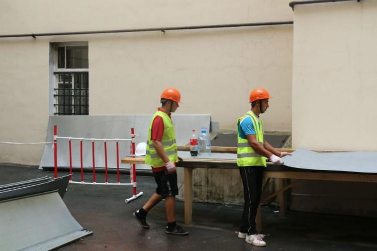 На Верейской улице подрядчик запаздывает с ремонтом кровли, но работа идет полным ходом.