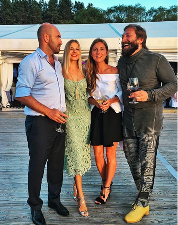 Подруга одного из основателей «Квартета И» Ростислава Хаита Ольга Рыжкова опубликовала в Инстаграм фото с Чичваркиным и его девушкой