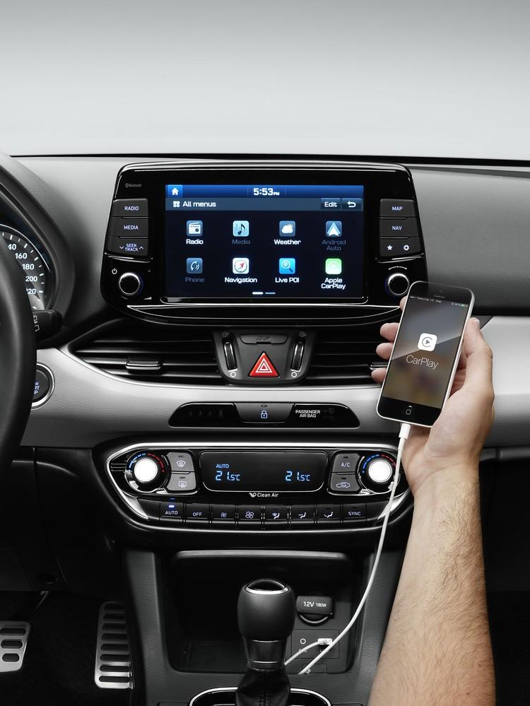 Хэтчбек i30 предлагает современные технологии, включая поддержку Apple CarPlay, Android Auto и возможность беспроводной зарядки для смартфонов