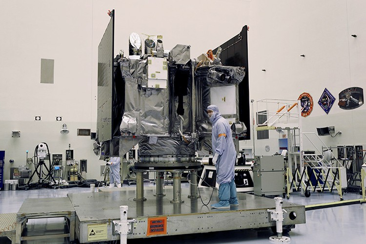 Зонд OSIRIS-REx во время проверки на Земле.