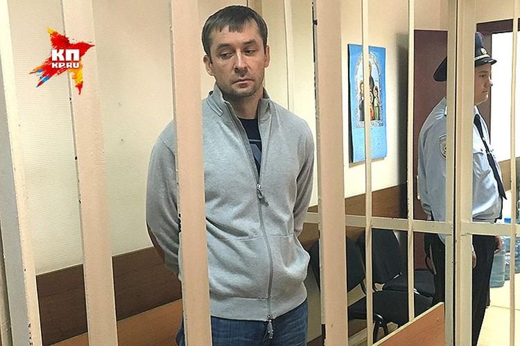 """Человек, которого обвиняют в многомиллионных взятках и хранении миллиардов рублей в валюте, ответил на вопросы корреспондента """"КП"""""""
