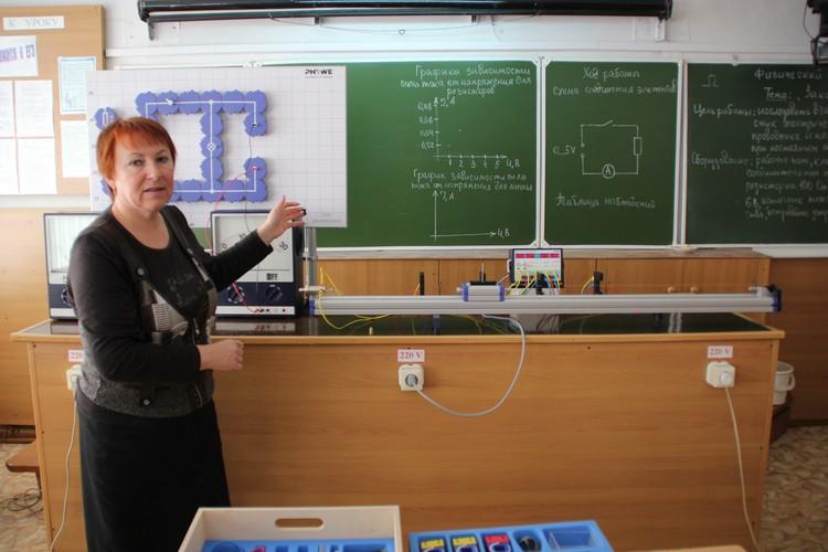 Марина Бородина дает задание на лабораторную работу. Фото: Илья ЕВСТИГНЕЕВ