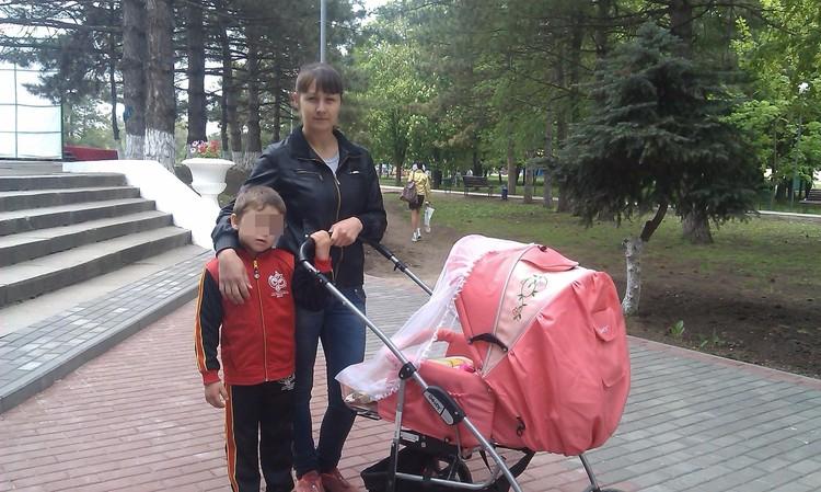 Виктория и сын Даня гуляют по парку - в коляске маленькая дочь Кондрашовой. Фото: из личного архива героини публикации.
