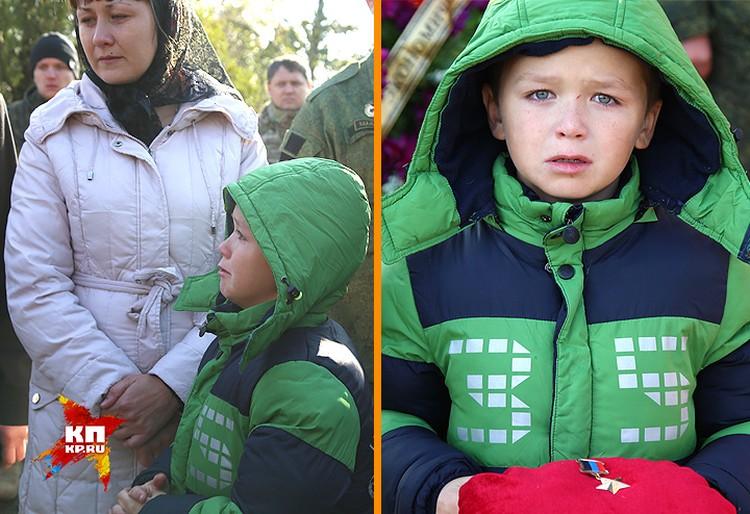 Данила, сын Арсена Павлова от первого брака, на похоронах отца нёс Звезду Героя ДНР.