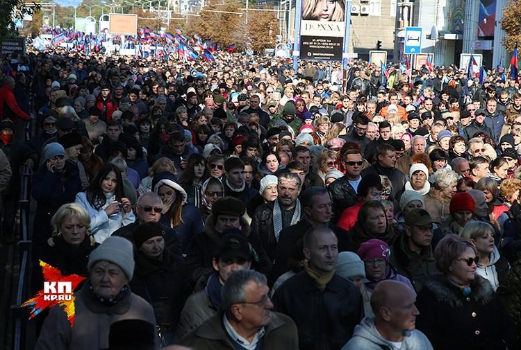 Траурное шествие собрало десятки тысяч человек.