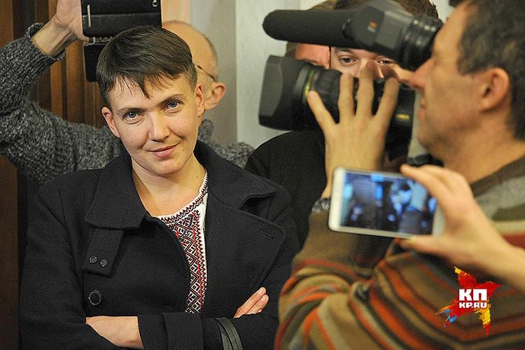 Надежда Савченко общается с российскими журналистами.