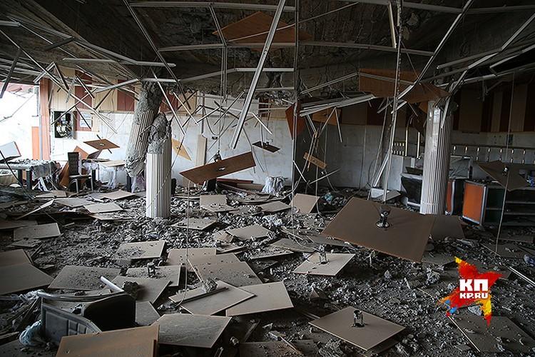 Уничтоженный зал придорожного кафе.