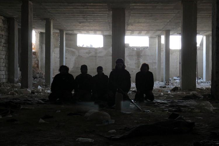 """Бойцы """"умеренной оппозиции"""" в разрушенном здании в Алеппо"""