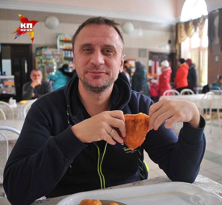 Владимир Ворсобин за дегустацией беляшей.