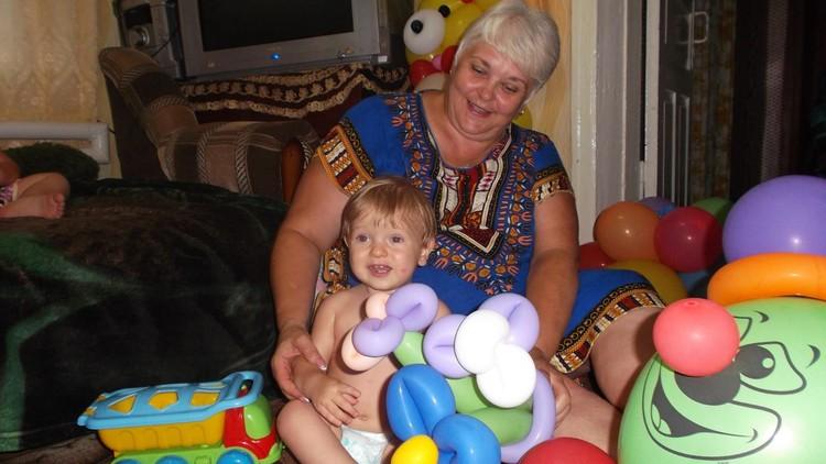 Татьяна с радостью играет с малышом. Фото: личный архив Татьяны Федоровой.