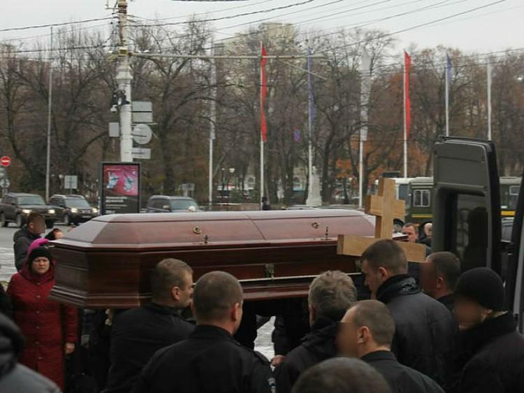 Спецназовцы выносят гроб