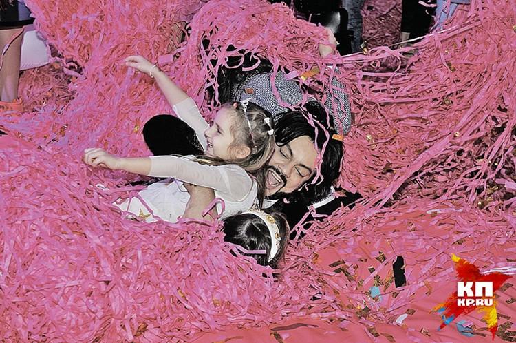 В разгар праздника даже взрослые резвились в дожде из конфетти как дети. На фото Филипп с дочкой Кристины Орбакайте Клавдией.