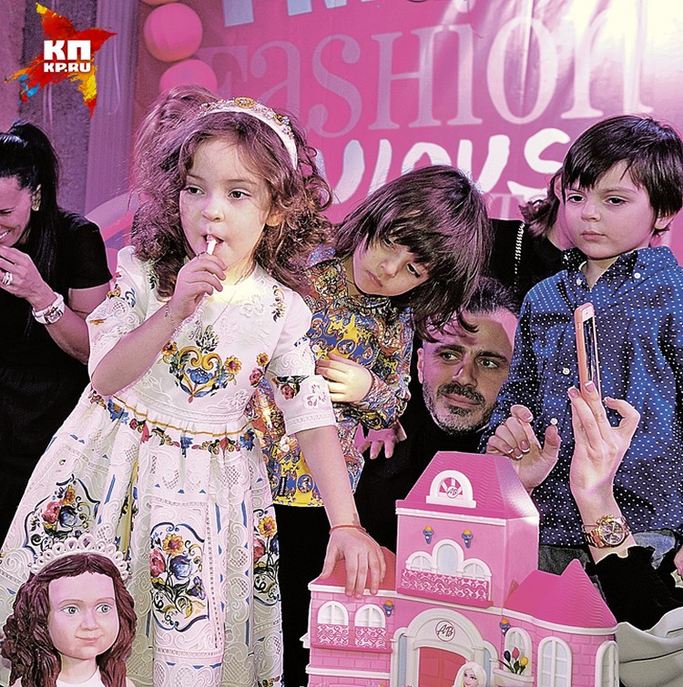 Алла-Виктория с братом Мартином и сыном Анастасии Стоцкой Сашей около гигантского кукольного дома. Не поверите, это торт.