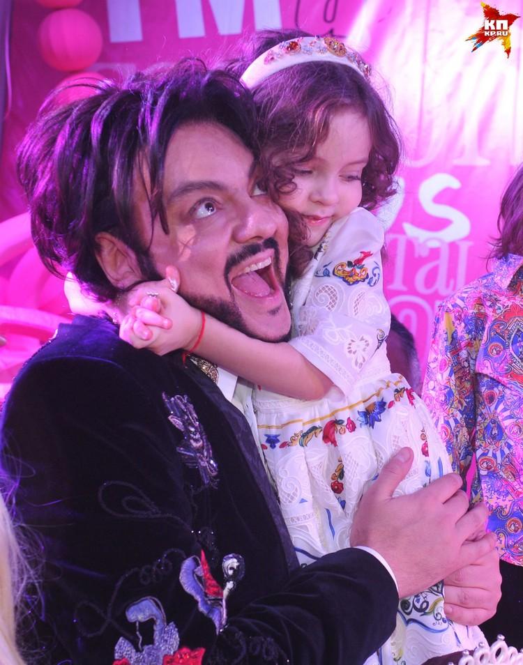 5-летняя Алла-Виктория такая же модница, как и ее знаменитый папа. На этом фото именинница в платье от Dolce & Gabbana.