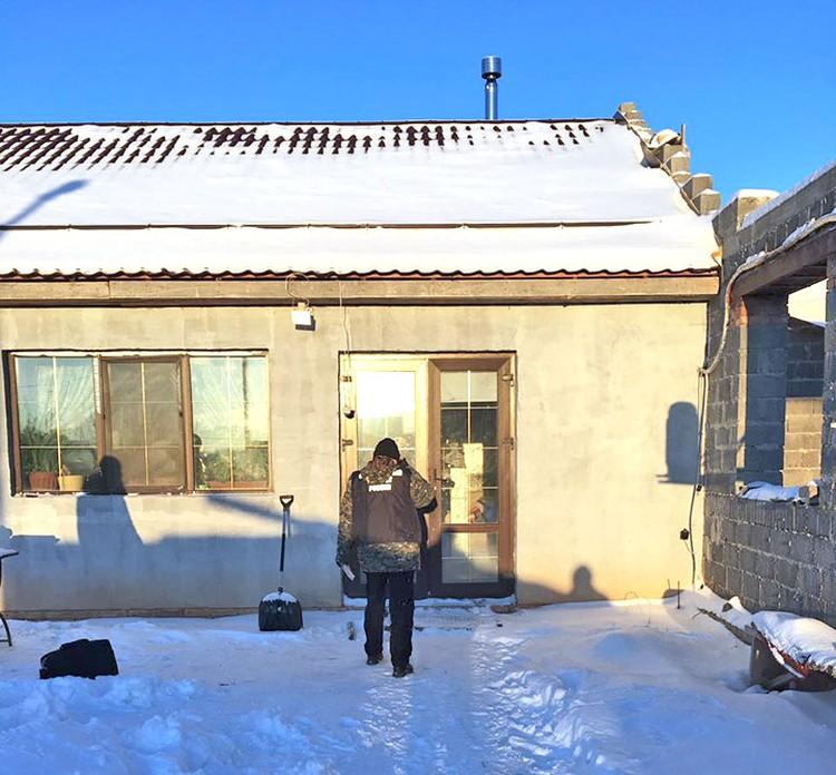 В этой времянке были найдены избитые подполковник Вашуркин и его жена. Над дверью видна видеокамера наблюдения.
