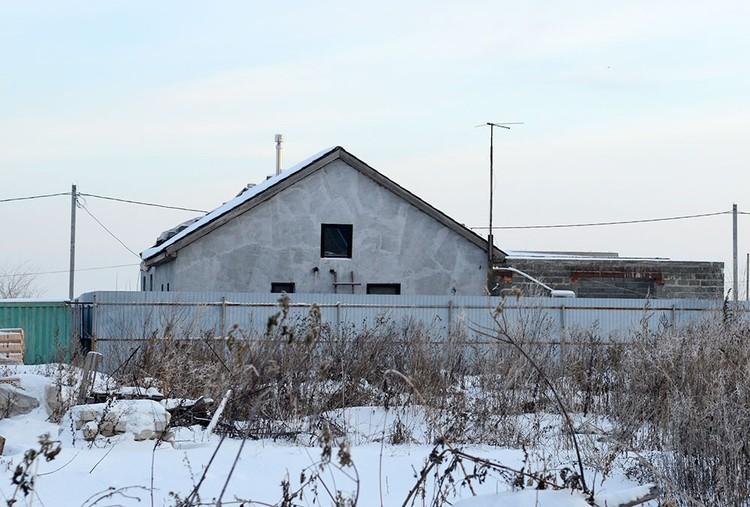 Дом подполковника полиции окружен надежным забором.