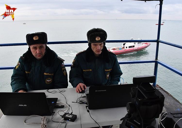 В Черном море продолжается поисковая операция после крушения самолета Ту-154 Минобороны России
