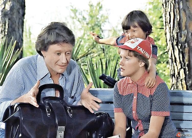 Елена оставила Андрея Миронова ради новой любви - художника Александра Адамовича. Александр был отцом маленького Филиппа, в картине «Будьте моим мужем» мальчик сыграл экранного сына Прокловой.