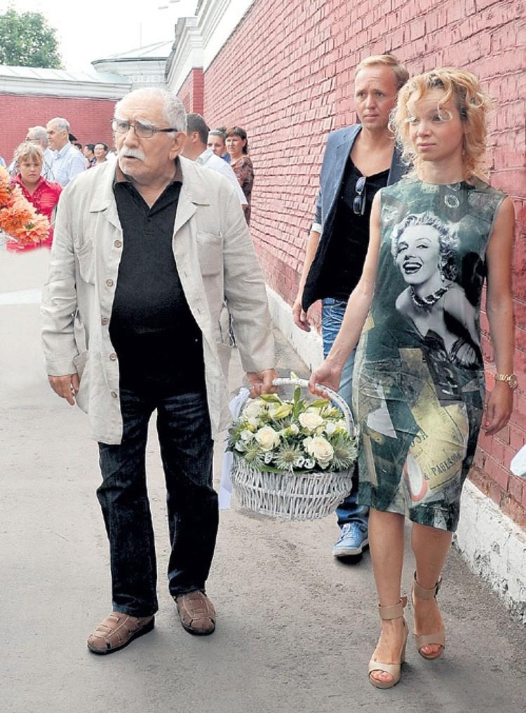 С 2009 года об Армене Борисовиче заботится его молодая подруга Виталина Цимбалюк-Романовская.