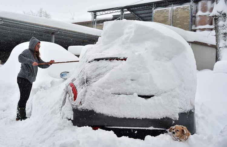 Сильный снегопад обрушился на города в области Абруццо