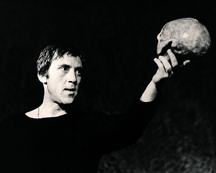 Высоцкий много раз играл со смертью и постоянно задавался вопросом «Быть или не быть?» (на фото - актер в роли Гамлета на сцене Театра на Таганке). Фото: ТАСС