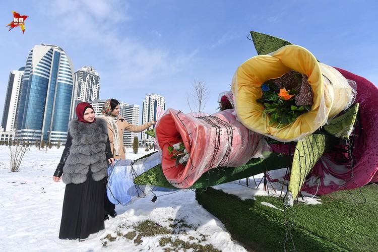 Гиганские Искусственные цветы украшают многие места заснеженного Грозного,чем создают своеобразный колорит