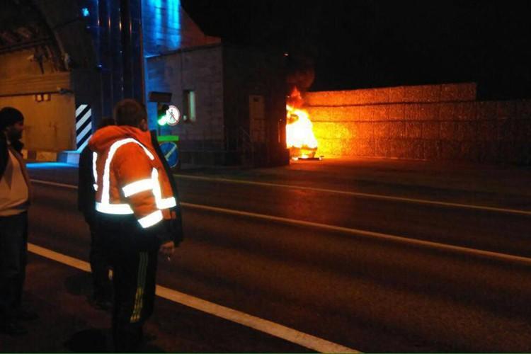 """Обычным огнетушителем погасить пламя было просто нереально. Фото: пресс-служба Упрдор """"Черноморье"""""""