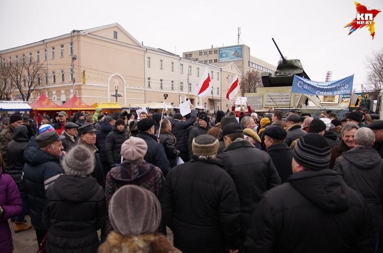 Когда на площади Восстания собралось несколько сотен, люди двинулись на площадь Ленина