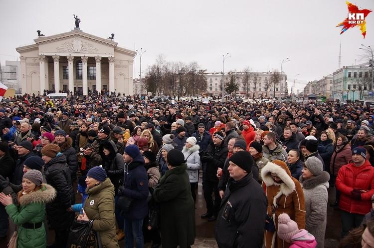 На площади Ленина собралось около 2 тыс. человек