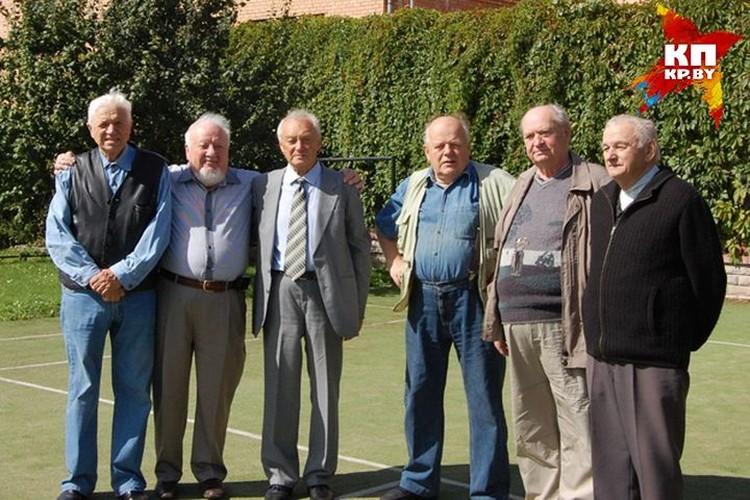 Станислав Шушкевич и пять его одноклассников. Фото сделано летом 2013-го, троих уже нет в живых... Фото: личный архив.