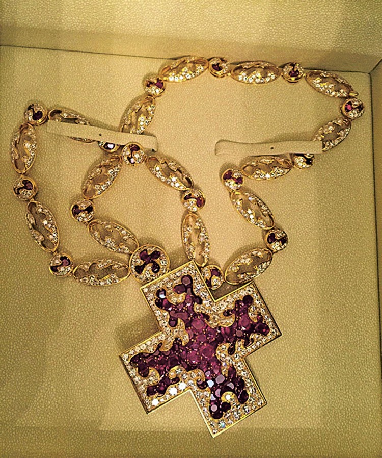Тяжкий крест бывшего главы Сахалина Александра Хорошавина - золото с рубинами и бриллиантами... Фото: СК РФ