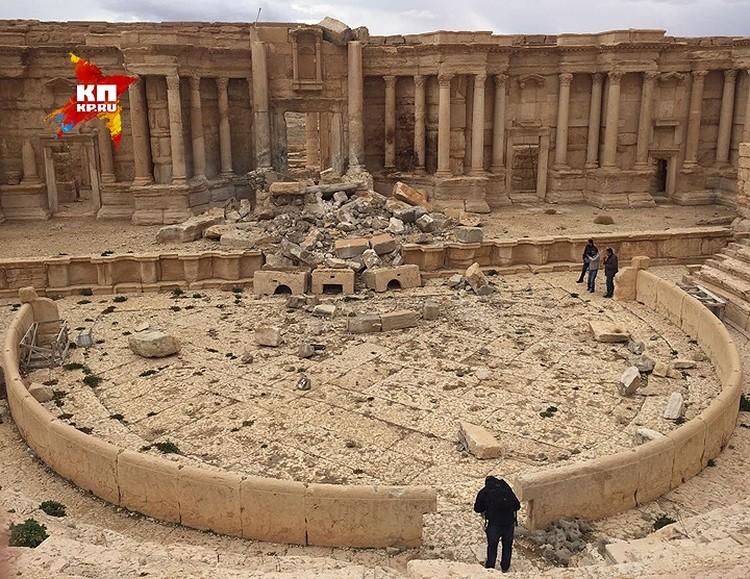Первым делом исламисты взорвали фасад Римского театра, на сцене которого прошел исторический концерт симфонического оркестра под управлением Валерия Гергиева.